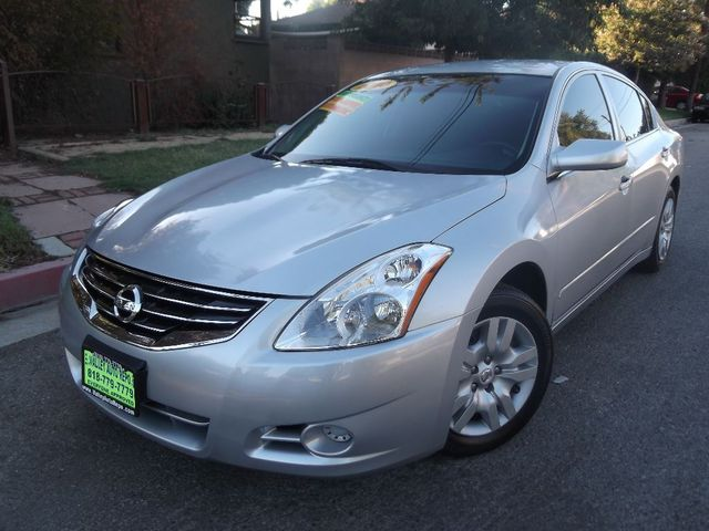 2010 Nissan Altima 25 S Now heres an outstanding package that combines good space good looks go