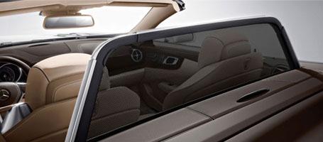 2017 Mercedes-Benz SL Roadster Dual high-resolution screens
