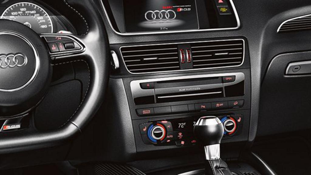 2017_Audi_SQ5_steeringwheel.png